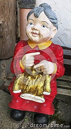 Breiende oma op de bank huisdecoratie op duits landbouwbedrijf stock fotografie beeld 34714302 - Oude huisdecoratie ...