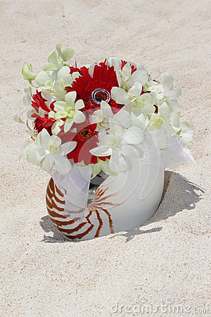 Free Bridal Bouquet With Wedding Rings In A Shell On Sand Tropical Be Royalty Free Stock Photo - 31112585