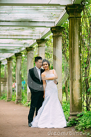 Free Bride And Groom Posing On The Streets Stock Photography - 82870722
