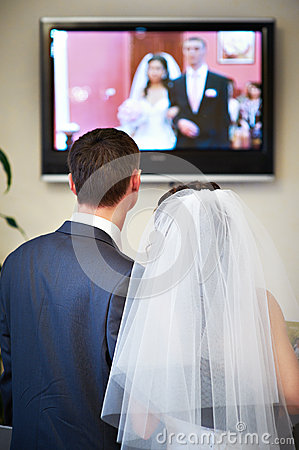 Free Bride And Groom Watch The Video Of His Wedding Stock Images - 29926764