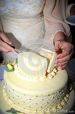 Bride Cutting The Wedding Cake Royalty Free Stock Image