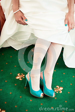 Free Bride Wearing Green Wedding Shoes Stock Photo - 47965300