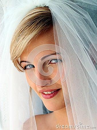 ملف العروسة: 2-الطرح والتيجان وتسريحات الشعر