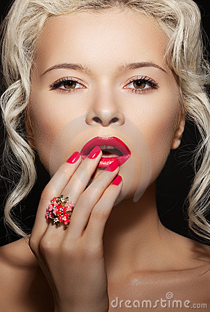 Free Bright Nails Manicure, Make-up & Jewelry On Model Royalty Free Stock Photography - 20286037
