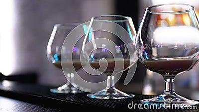Bril met een cocktail bij de Teller van de Bar stock videobeelden
