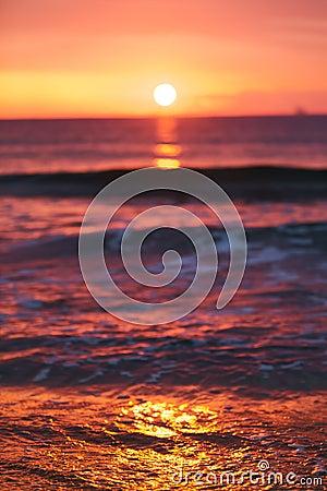 Brillo ligero de la salida del sol en ola oceánica