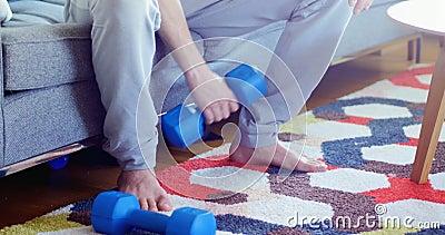 Bringen Sie das Trainieren während das Baby hervor, das auf Teppich 4k liegt stock footage