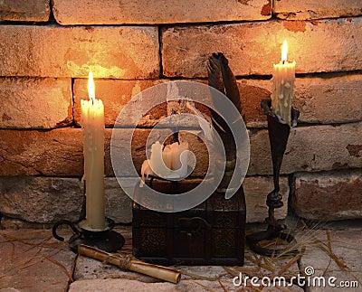 Brinnande stearinljus med skriftliga verktyg