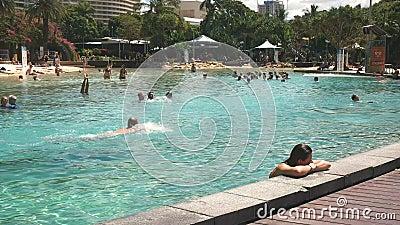 Brisbane, AUSTRALIEN-März, 7, 2017: Blick westlich des Pools am Südufer von Brisbane stock video