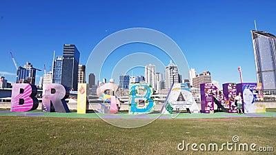Brisbane, AUSTRALIEN-März, 7, 2017: Nachmittagsfront auf Weitwinkelaufnahme der riesigen Brisbanbuchstaben stock footage