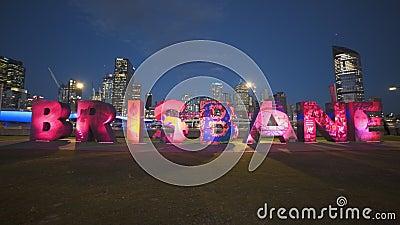 Brisbane, AUSTRALIEN-März, 7, 2017: Nachtsicht auf die roten G20-Brisbane-Buchstaben stock video footage