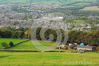 Brittisk bygdliggande: lantgård och traktorer
