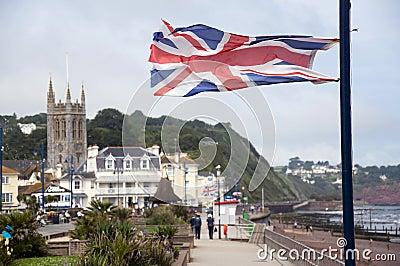 Brittisk flagga på den engelska sjösidatownen