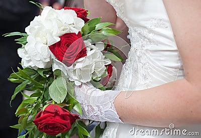 Bröllopbukett av röda vita blommor för ro och