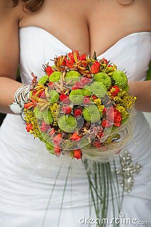Bröllopbukett med röda och gröna blommor