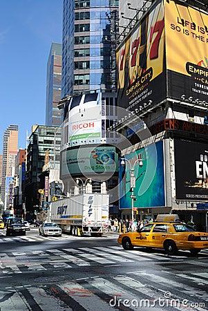 Broadway und 42. Straßen-Durchschnitt Redaktionelles Stockbild