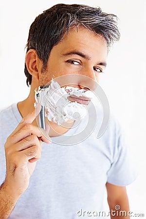 Broda dojrzały mężczyzna jego golenie
