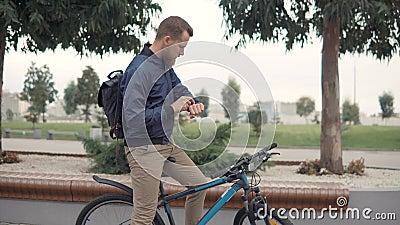 Brodaty mężczyzna jest pisać na maszynie głosu rozkaz dla mądrze zegarka i robić, outdoors zbiory wideo