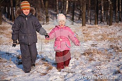 Broer en zuster in hout