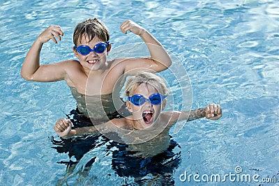 Broers die en in zwembad spelen schreeuwen
