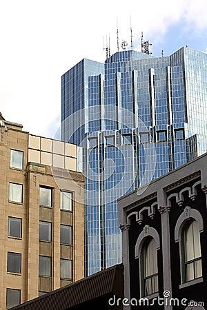 Bürokontrollturm mit alten Gebäuden.