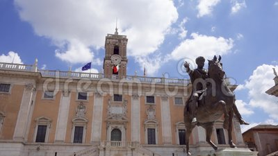 Bronsstandbeeld van Keizer Marcus Aurelius op paard op Capitol Hill in Rome, Italië in langzame motie stock footage