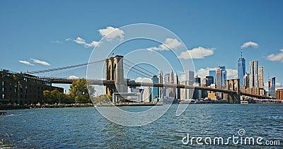 Brooklyn-Brücke bei Sonnenuntergang über Manhattan mit Cityscape New York, USA 4 K Zeitraffer stock video