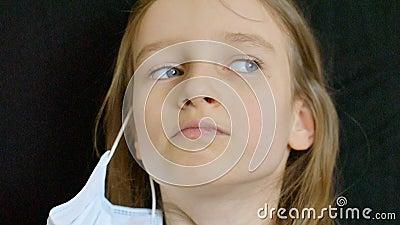Brote de Coronavirus Covid-19 La niña está mirando a la cámara con felicidad en los ojos y chicle en la almacen de video