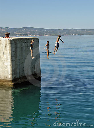 Free Brother And Sisters Jumping In Water Royalty Free Stock Photos - 12454088