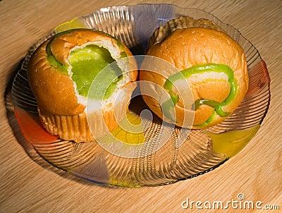 Brotvanillepudding in Stücke geschnitten