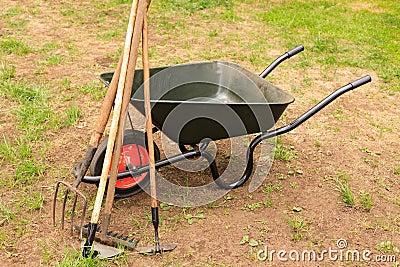 brouette avec le mat riel de jardinage photographie stock. Black Bedroom Furniture Sets. Home Design Ideas