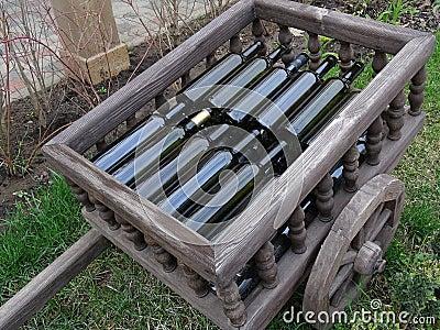 Brouette d corative avec des bouteilles de vin photo stock image 51721788 - Brouette bois decorative ...