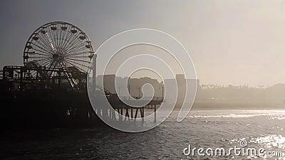 Brouillard chez Santa Monica Pier, extrémité de Route 66, Los Angeles (villes) banque de vidéos