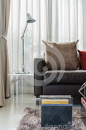 Ein modernes braunes sofa und eine lampe stockfoto   bild: 27745470