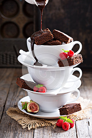 Free Brownies In Stacked Coffee Cups With Chocolate Sauce Stock Photos - 60652233