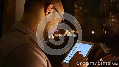 Browser van mensenrollen op tablet stock videobeelden