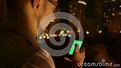 Browser van mensenrollen op telefoon stock footage