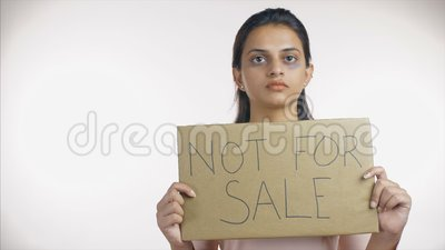 Bruchindische Frau, die 'nicht zum Verkauf angeboten' zeigt, weites Schild 'Menschenschmuggel' stock video