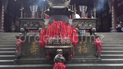 Bruciatore d'incenso e candele in un tempio taoista video d archivio