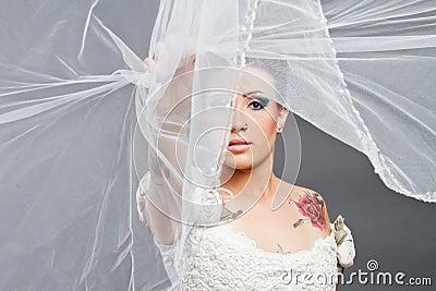 Bruden med skyler över framsida