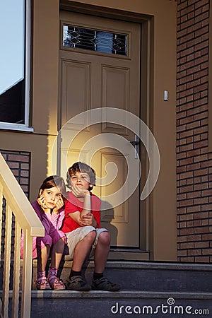 Bruder und Schwester sitzen Blick in Abstand