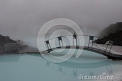 Brug over blauw water Redactionele Stock Foto