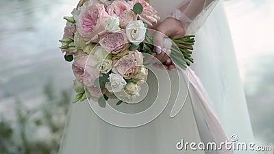 Bruid die haar boeket achter haar tegenhouden stock videobeelden