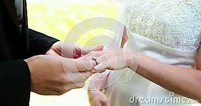 Bruid en bruidegom die trouwringen ruilen stock footage
