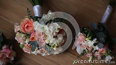 Bruids Boeketboeket op de lijst Elegant huwelijk het boeket van de bruid stock footage
