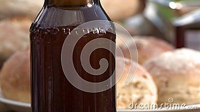 Bruine fles en brood stock video