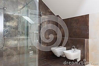 Bruine tegels in moderne badkamers stock foto 39 s for Bruine tegels