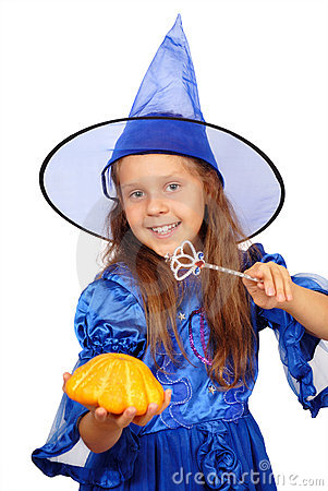 Bruja joven con una varita y una calabaza mágicas