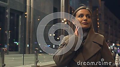 Brunette attraktive Frau, die in belichtete Stadt nachts, Weiblichkeit geht stock video footage