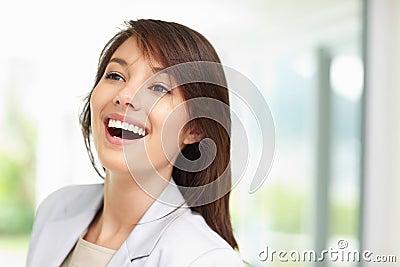 Brunette consideravelmente novo que olha afastado, rindo